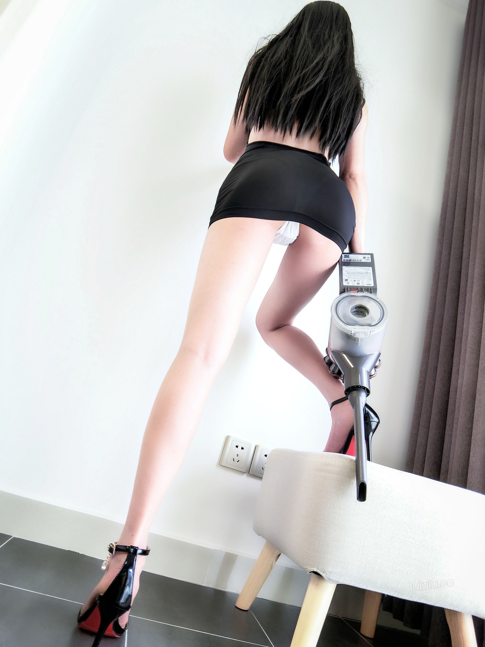 [cosplay] MaSusu - Sexy black skirt cleaning 002
