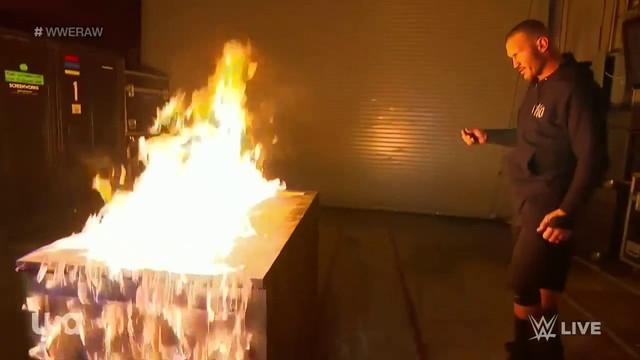 Randy Orton intenta incendiar a Bray Wyatt