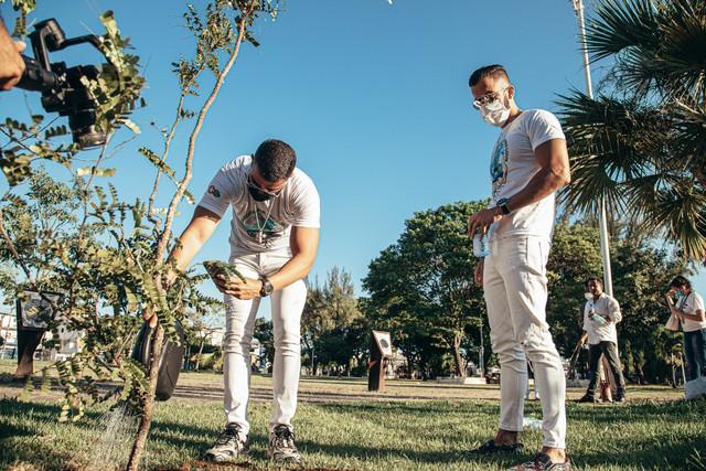 Rafa-e-Pipo-Marques-plantam-rvore-Foto-Victor-Mascarenhas