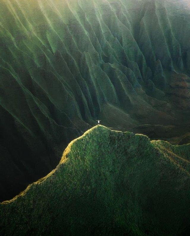 Горы на Гавайях и маленькая песчинка на их фоне