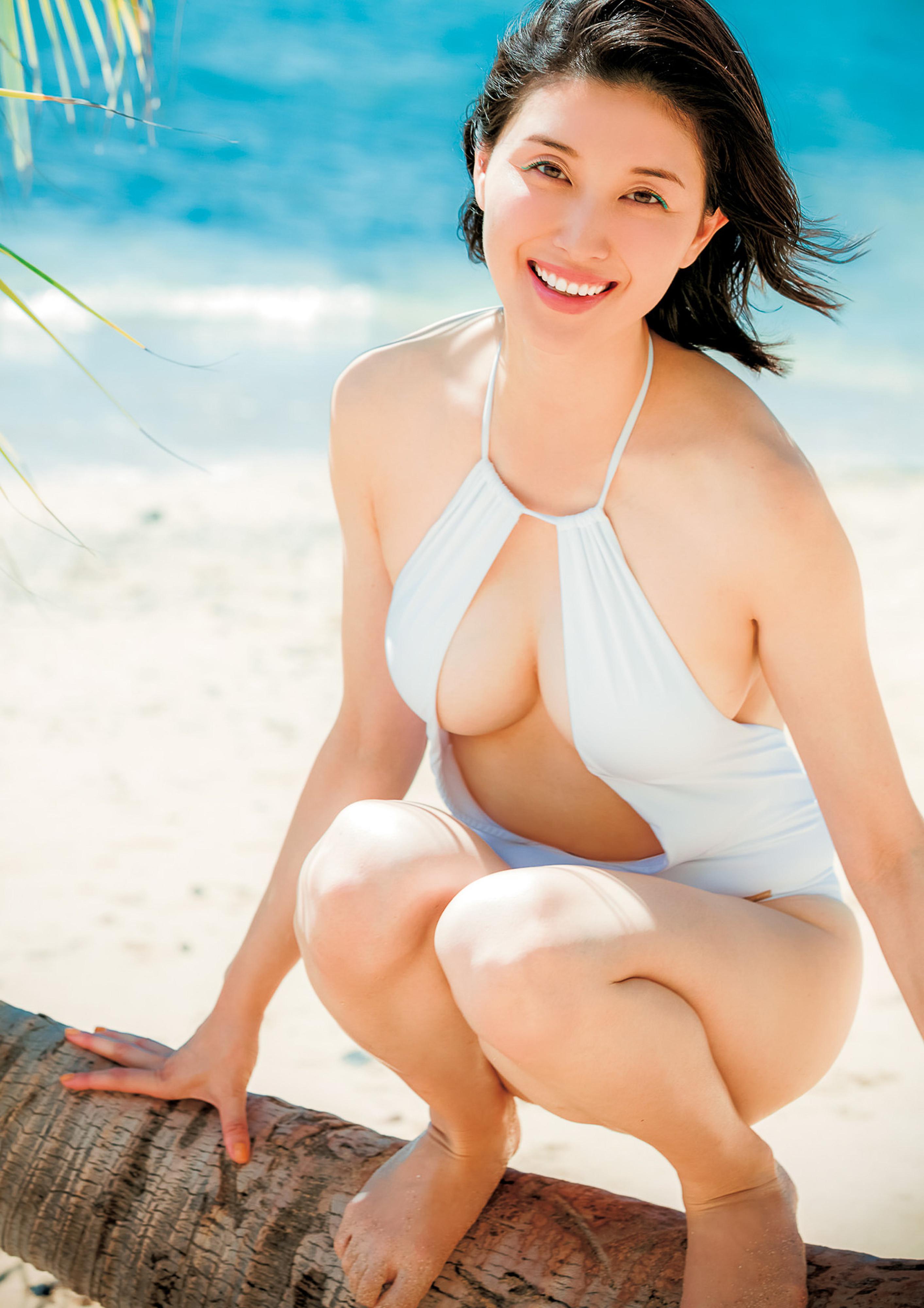 Hashimoto-Manami-db-hugging-in-Hawaii-016