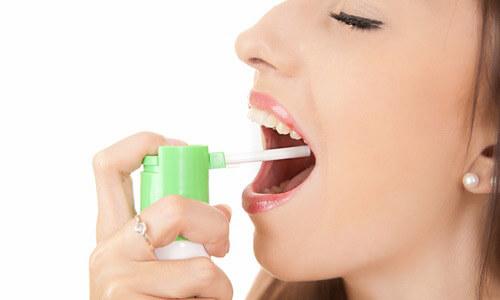 Использование спрея для горла