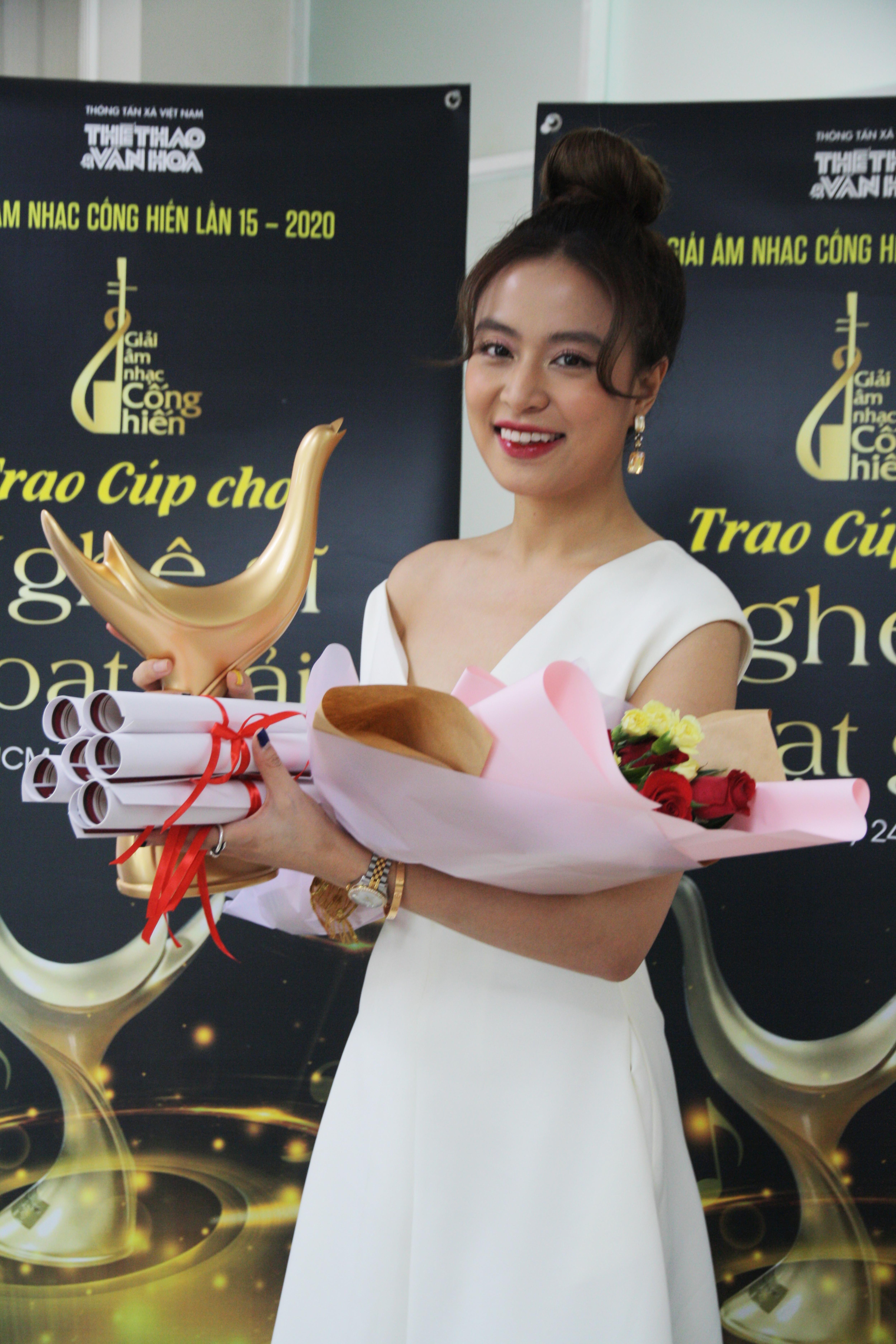 Hoang-Thuy-Linh-12