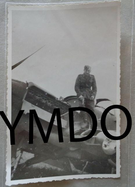 Foto-notgelandetes-Flugzeug-Plane-Russland-darauf-Soldat-mit-57