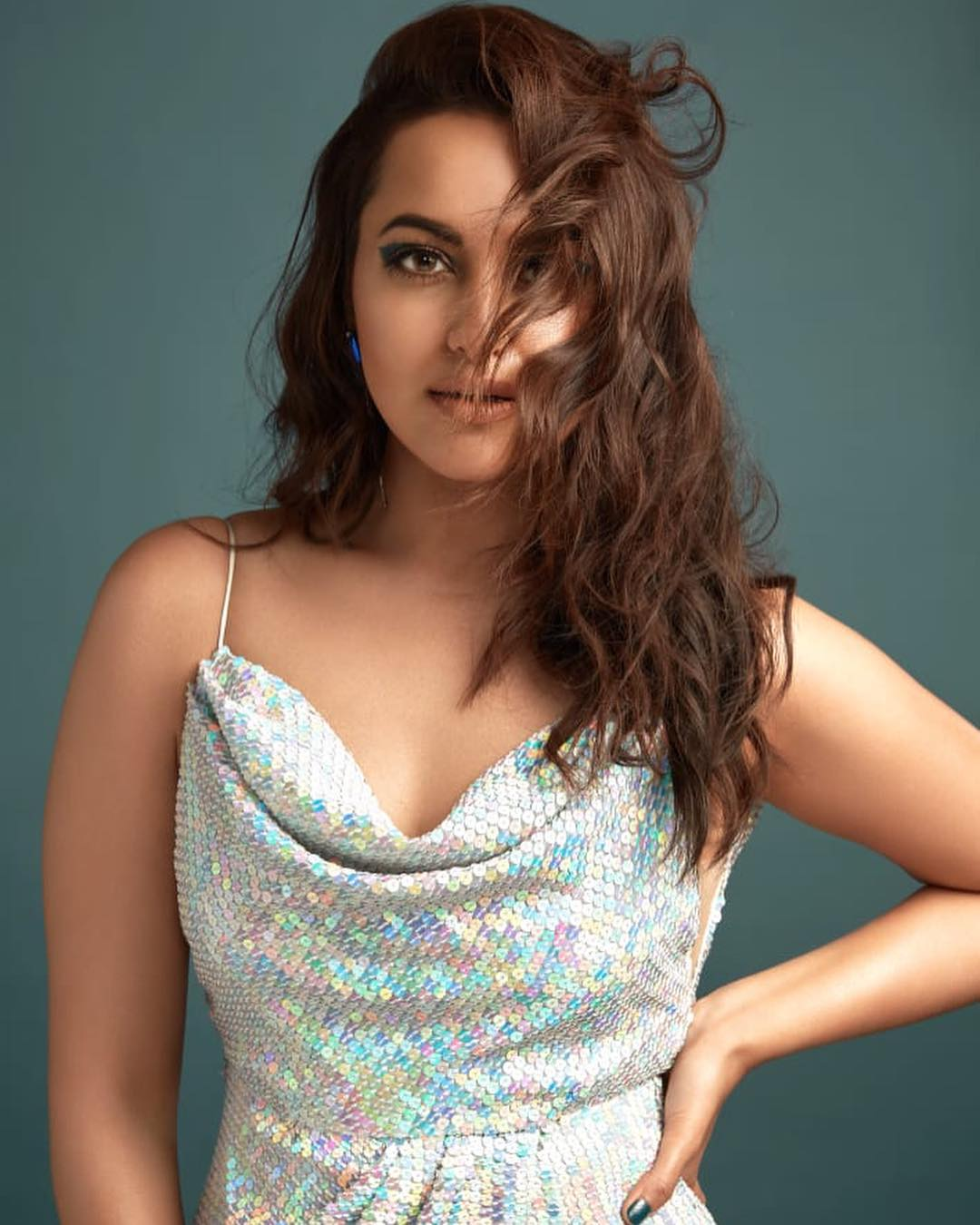Sonakshi-Sinha-Wallpapers-Insta-Fit-Bio-2