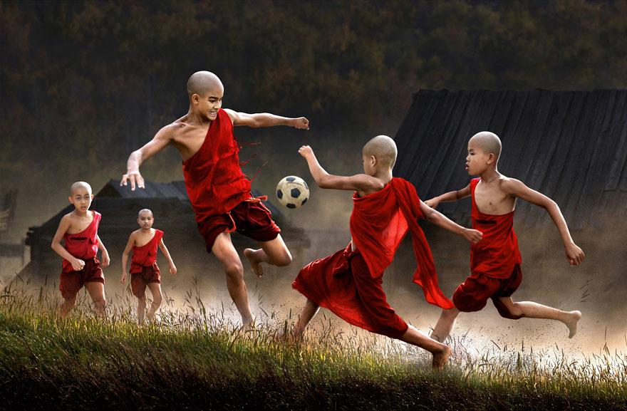 32 фотографии радостных моментов детства из разных стран-65