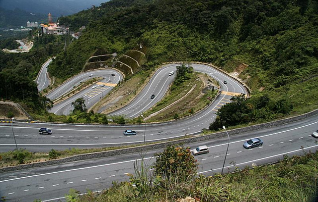This is the Right Way to Drive an Automatic Motorcycle on a Downhill Road