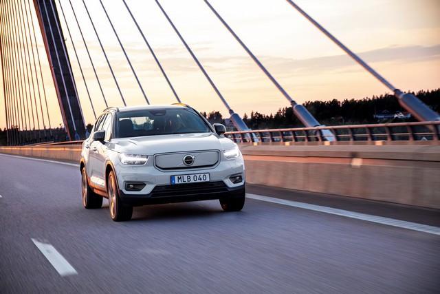 Volvo Cars annonce une hausse de 7,1 % de ses ventes mondiales en octobre 271700-Volvo-XC40-Recharge-P8-AWD-in-Glacier-Silver