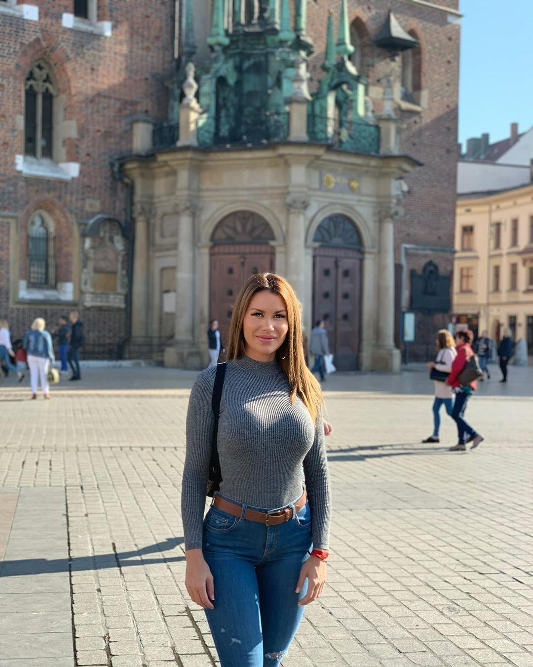Tania-Barbara-Wallpapers-Insta-Fit-Bio-4