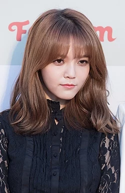 250px-AOA-Gaon-Chart-Kpop-Awards-red-carpet-17-February-2016-05
