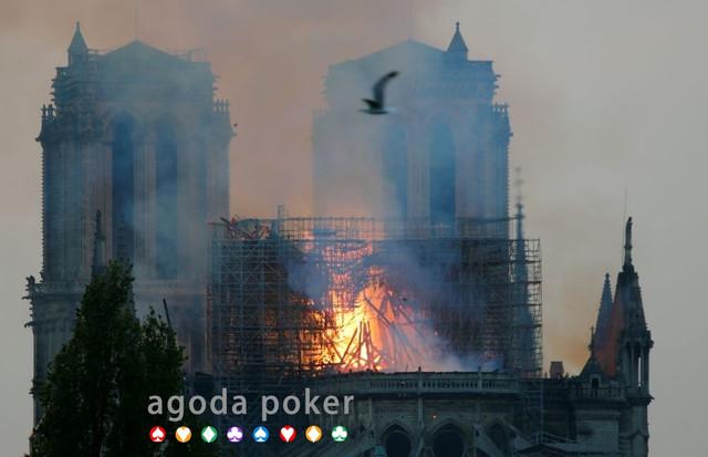 Api Melahap Katedral Notre Dame, Warga Paris Diselimuti Duka Cita