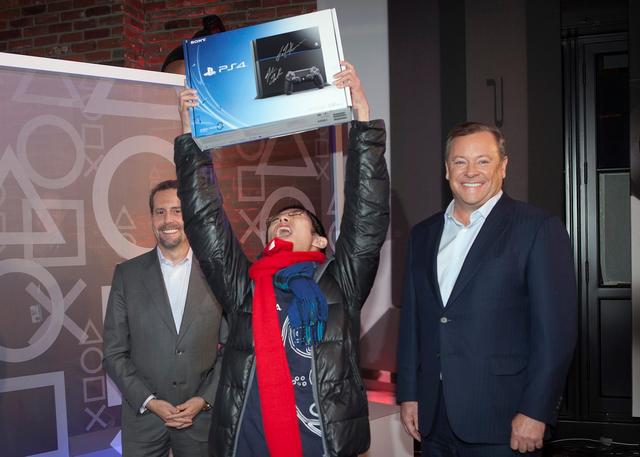 曾在2013年11月參加PS4午夜首發,並成為全球第一位購入PS4的國外玩家Joey Chiu今日表示收到了來自SIE贈送的PS5主機。 Image