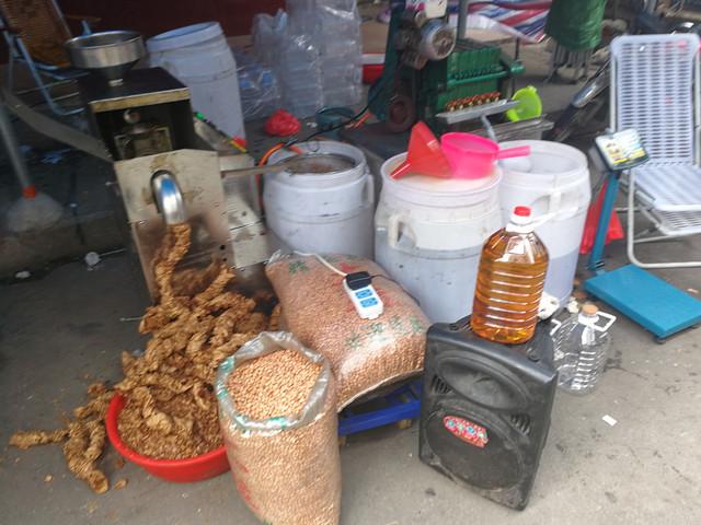 Ce petit magasin chinois fabrique de l'huile d'arachide devant vous.