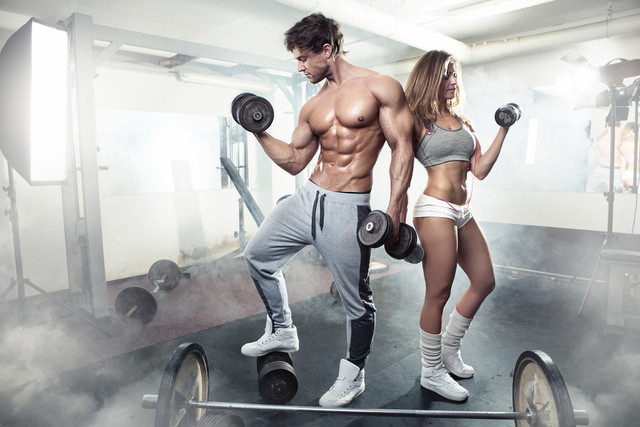 beautiful-young-sporty-sexy-couple-workout-in-gym-61099214