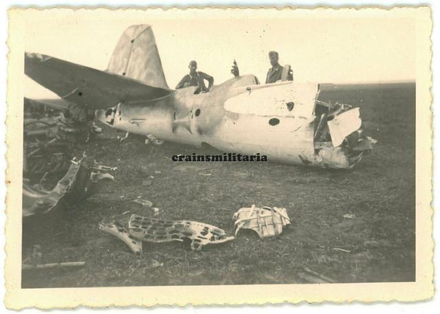 Orig-Foto-Soldaten-bei-russisches-Flugzeug-Wrack-m-2