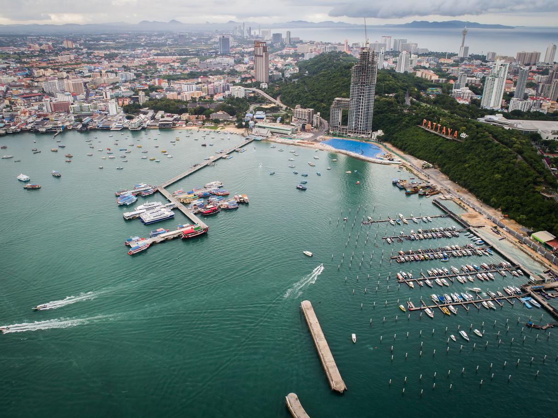 รูปเมืองพัทยาที่มีชายหาด,เรือ,และเมืองแบบภาพกว้างๆของพัทยา