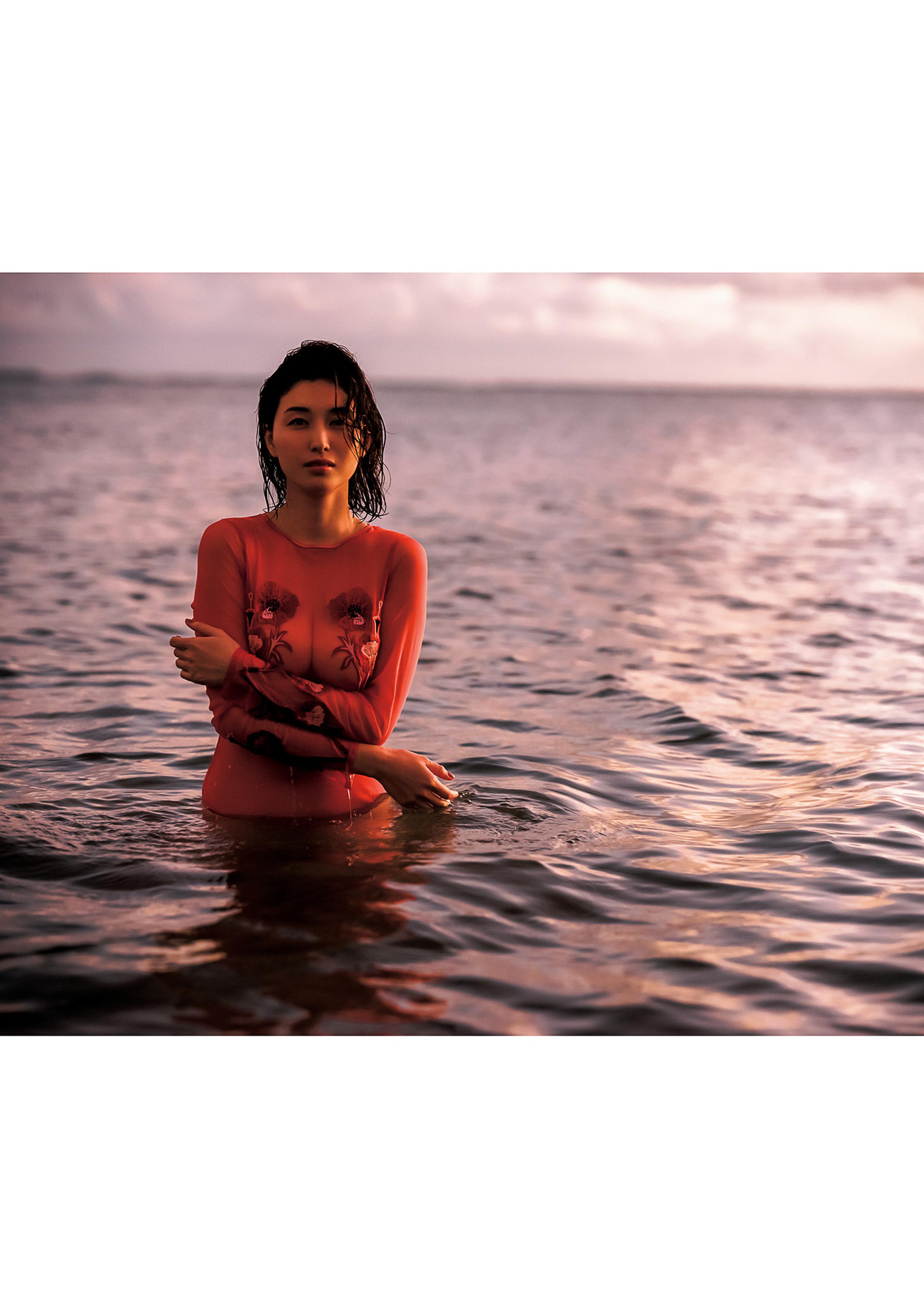 Hashimoto-Manami-db-hugging-in-Hawaii-090