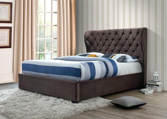 красивая удобная кровать в доме