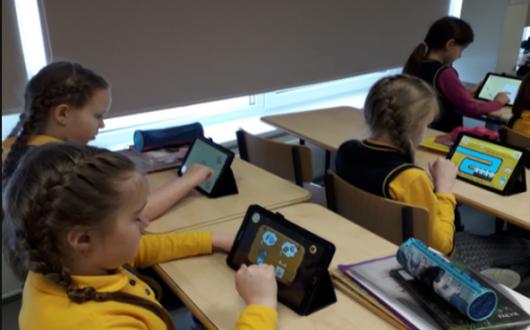 Дети с планшетами на уроке