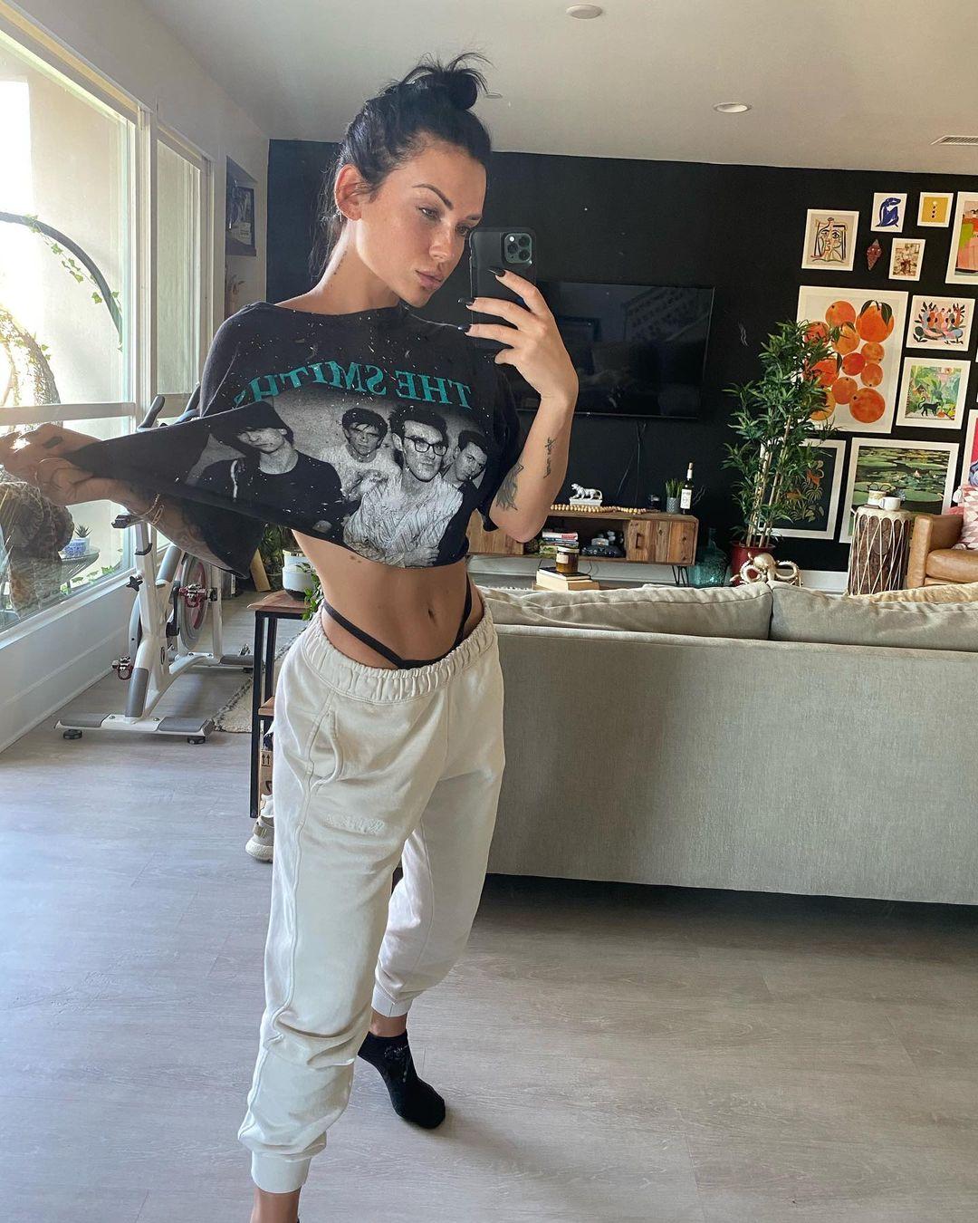 Kayla-Lauren-Wallpapers-Insta-Biography-3