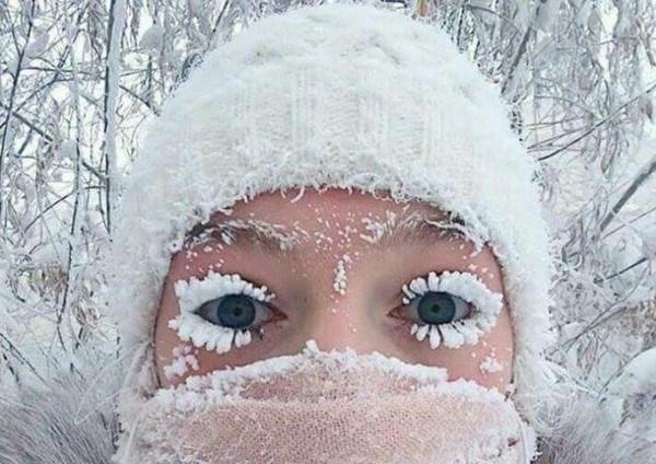 mujer-pestan-as-y-cejas-congeladas
