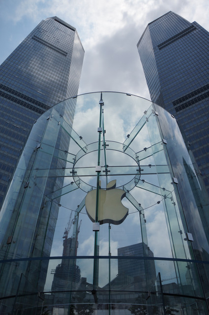Apple-Store-Entrance-With-a-Large-Apple-Logo