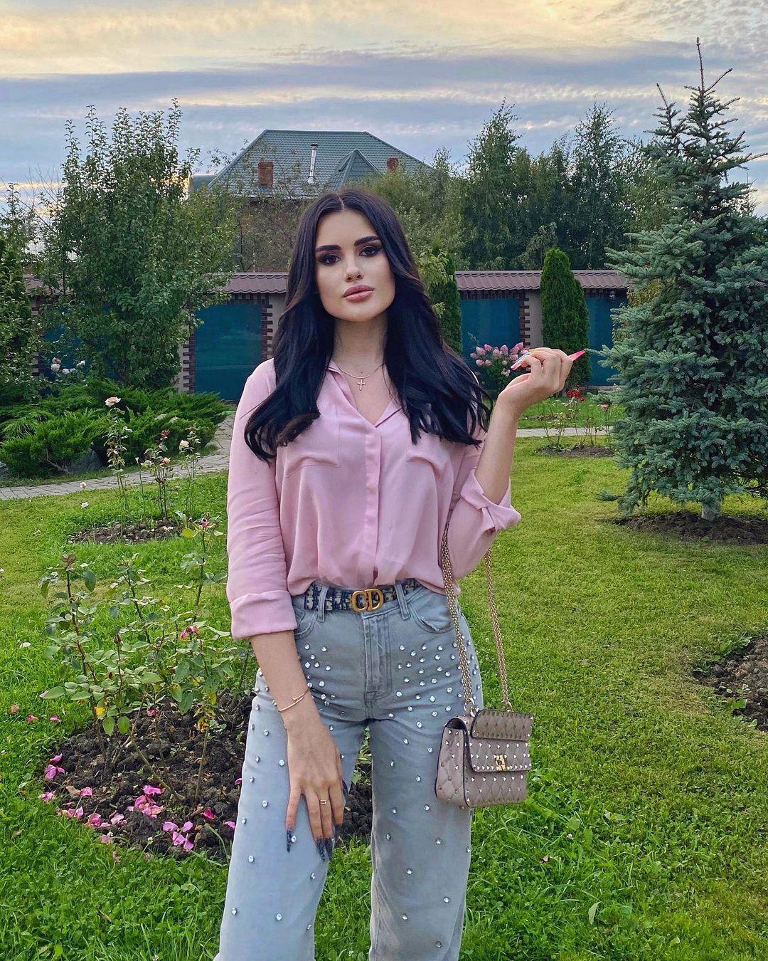 Karina-Arakelyan-Wallpapers-Insta-Fit-Bio-11