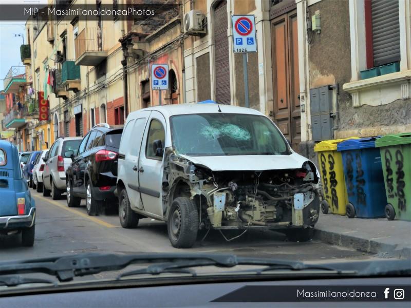 Mezzi Abbandonati - Pagina 5 Renault-Kangoo