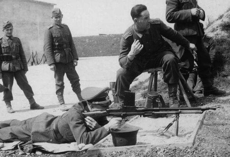German officer training in machine gun shooting ZB vz. 26
