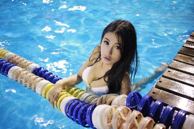 Foto ABG Toge Berbikini Putih Berenang