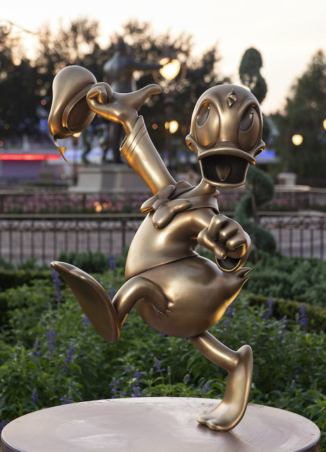 50 ans WDW : le point et le bilan - Page 6 Donald-Duck-at-Magic-Kingdom-Park-is-one-of-the-Disney-Fab-50-golden-character-sculptures-appearing