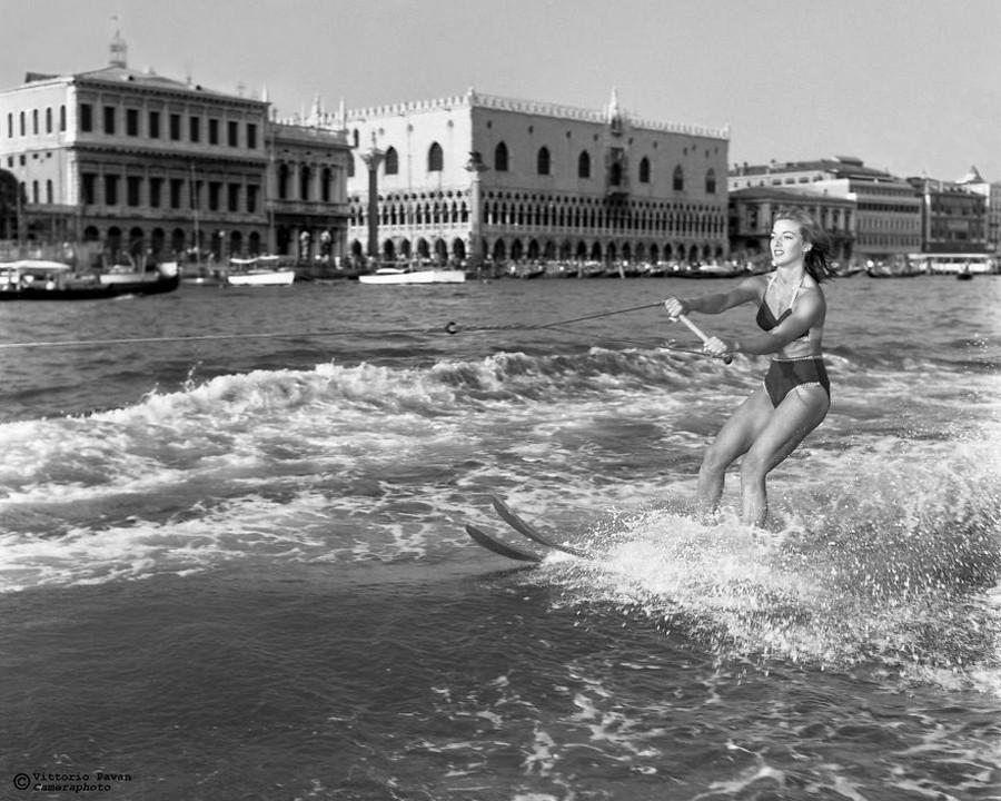 Редкие фотографии известных людей, отдыхающих в Венеции в 1950-60-е годы 11