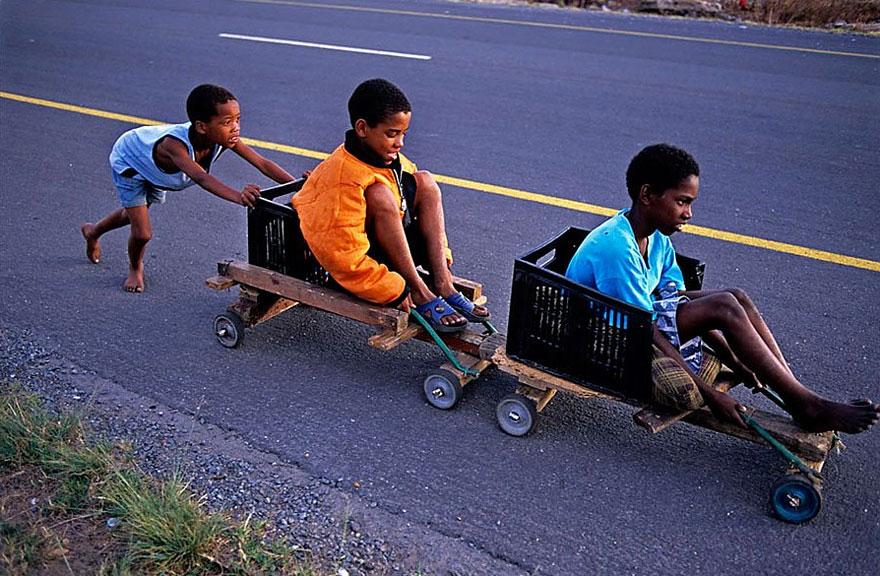 32 фотографии радостных моментов детства из разных стран-60