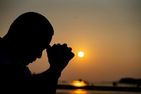 a-sombra-do-homem-rezando-e-pensando-40919-1113