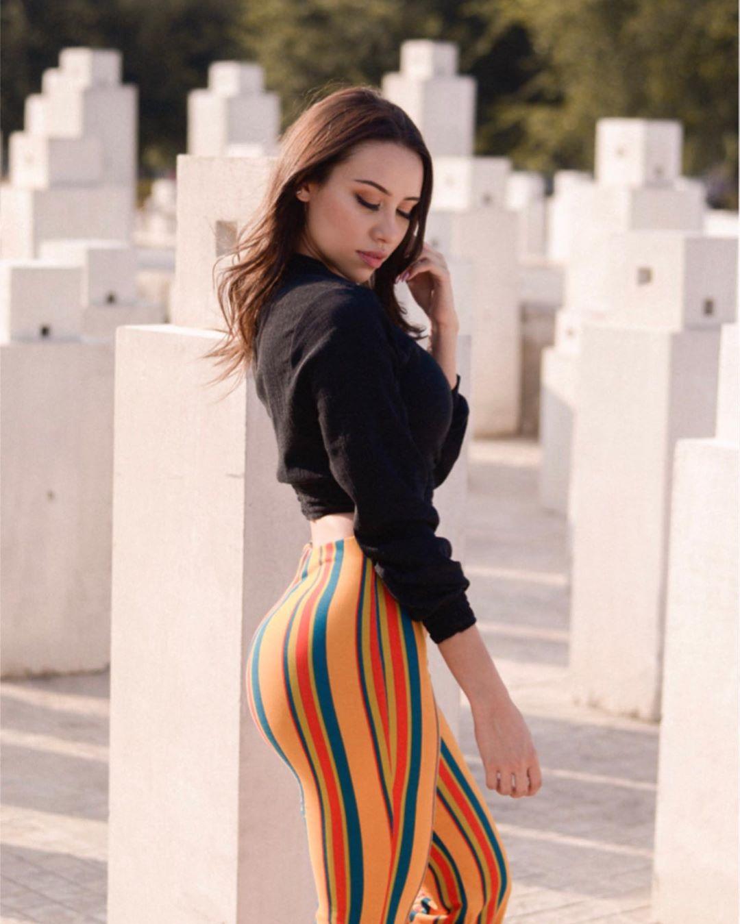 Alejandra-Trevino-Wallpapers-Insta-Biography-7