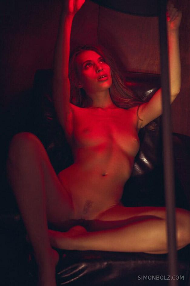 голая Катя в фотолаборатории / фото 06