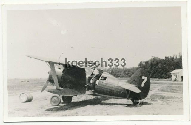 Foto-russisches-Polikarpow-I-15-Flugzeug-auf-Feldflugplatz