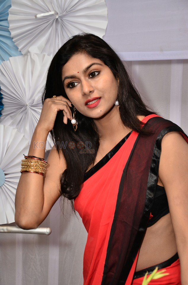 [Image: telugu-actress-akshita-reddy-sexy-red-sa...tos-06.jpg]