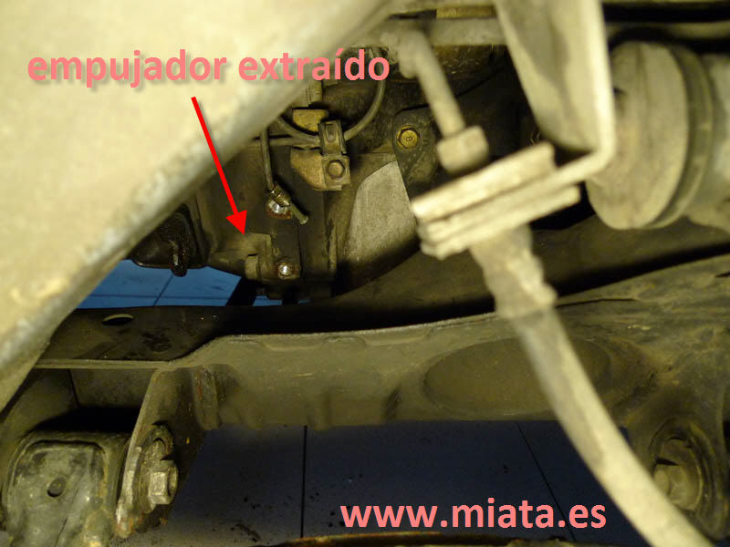 TUTORIAL DE COMO CAMBIAR EL EMPUJADOR HIDRAULICO DE LA LEVA DEL EMBRAGUE DEL MX-5/MIATA. 009