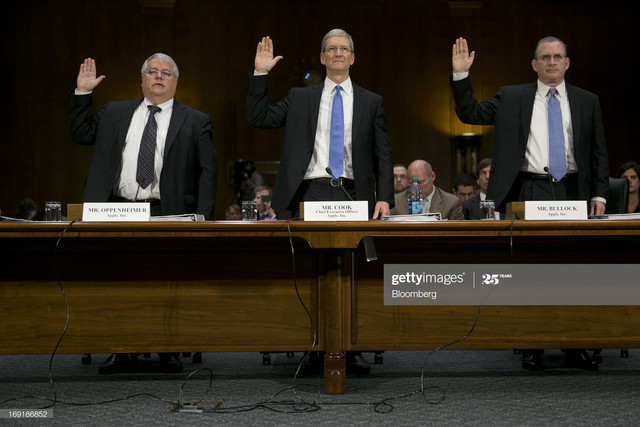 Peter-Oppenheimer-senior-vice-president-and-chief-financial-officer-of-Apple-Inc-left-to-right-Tim-C.jpg