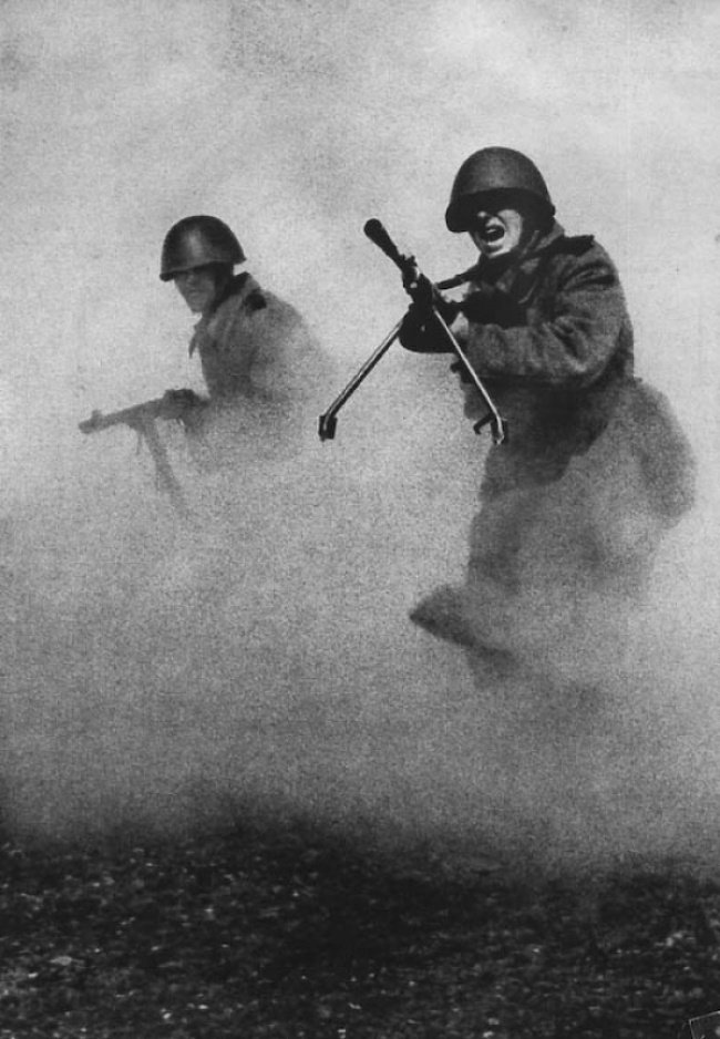 Soviet machine gunners in the attack.