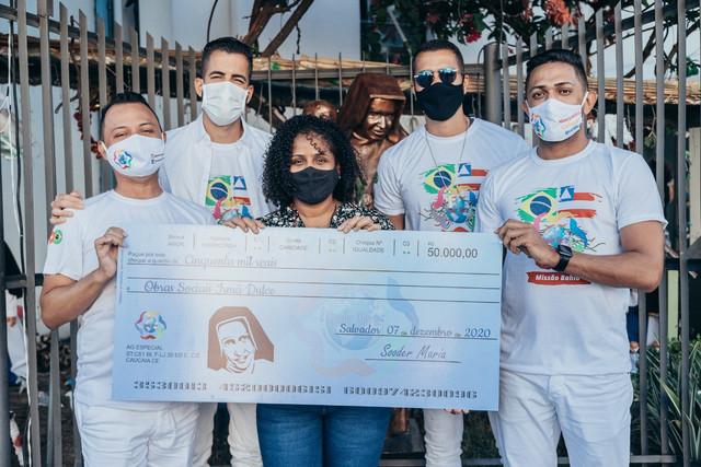 Rafa-e-Pipo-Marques-entregam-cheque-s-OSID-Foto-Victor-Mascarenhas