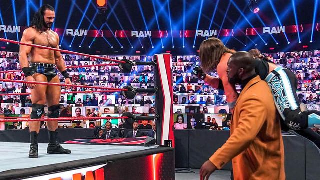 AJ Styles ataca a Drew McIntyre y escapa