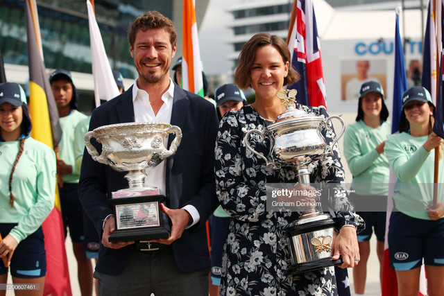 MELBOURNE-AUSTRALIA-JANUARY-20-Former-tennis-players-Marat-Safin-and-Lindsay-Davenport-pose-with-the