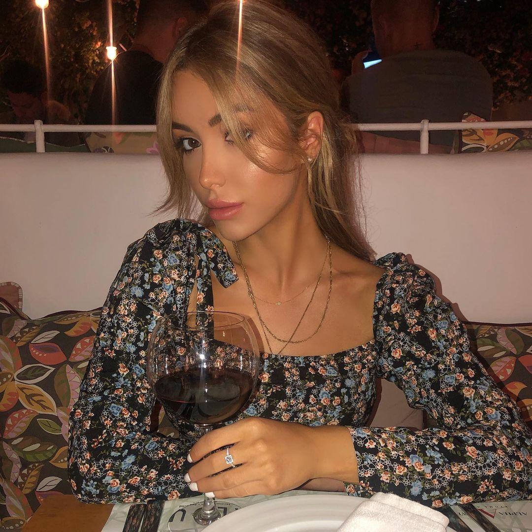 Charlotte-Elise-Fox-Wallpapers-Insta-Fit-Bio-16