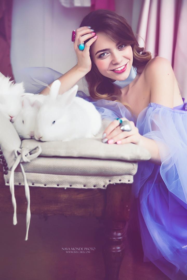 Snow white and four rabbits / фотограф Nava Monde