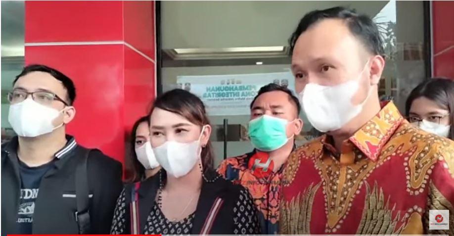 Henny Mona resmi cabut laporan dugaan pencemaran nama baik terhadap Rio Reifan di Polres Metro Jakarta, Rabu (8/9/2021)