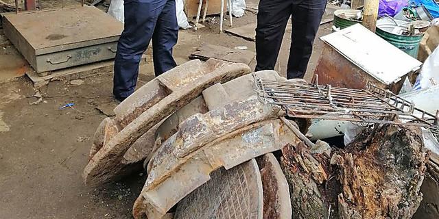 В николаевском пункте сбора металлолома нашли пять канализационных люков