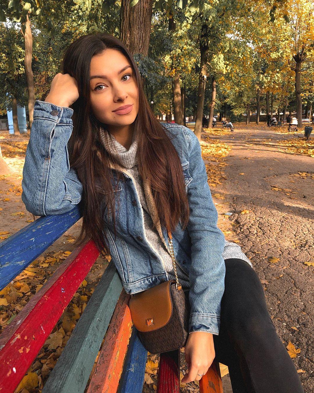 Alina-Brady-Wallpapers-Insta-Biography-3