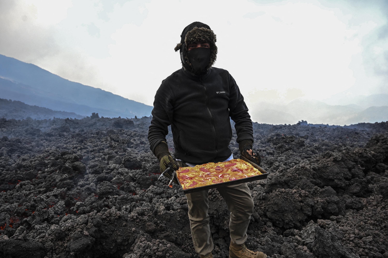 hornean una pizza sobre lava
